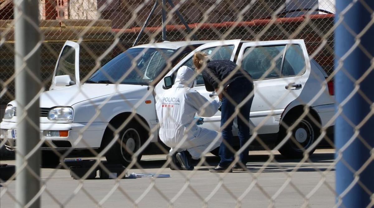 La policía inspecciona el coche donde apareció el cadáver, en Roses.