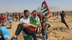 Un manifestante palestino herido es evacuado de la valla fronteriza durante los enfrentamientos con las fuerzas israelís al este de la ciudad de Gaza el pasado 1 de mayo.