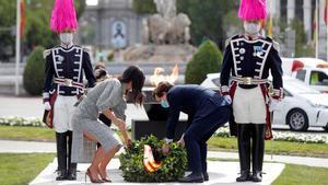 Madrid recuerda a los muertos por coronavirus con una corona de laurel en San Isidro.