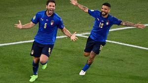 Locatelli, a la izquierda, en plena celebración con Insigne.