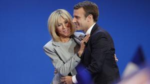 Emmanuel Macron y su esposa, Brigitte Trogneux, en París.