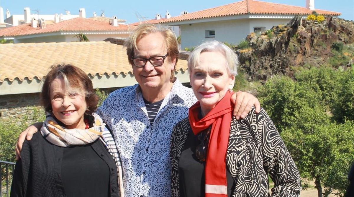 Ventura Pons, entre Claire Bloom (izquierda) y Siân Phillips.