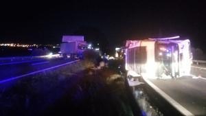 Imagen de los dos camiones accidentados a la altura de L'Aldea.