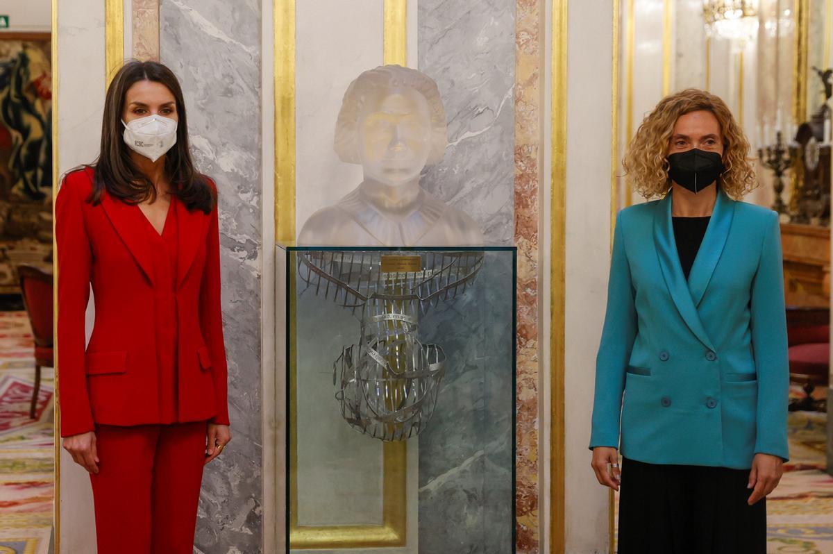 La reina Letizia y la presidenta del Congreso, Meritxell Batet posan junto a un busto de Clara Campoamor
