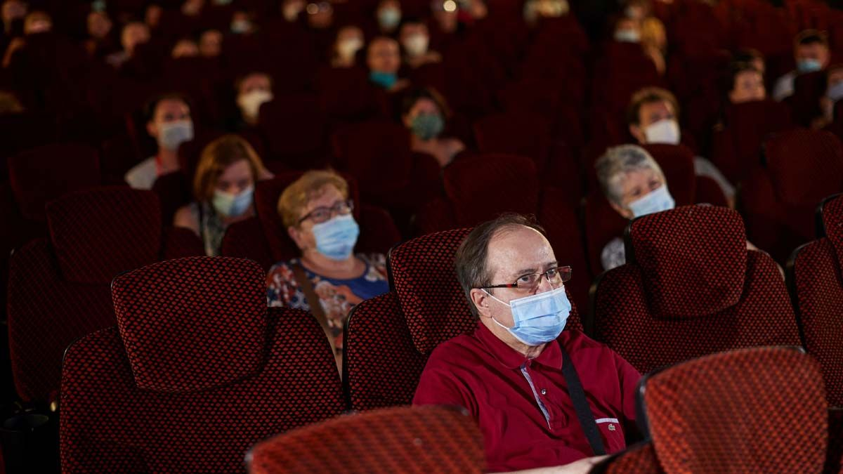 Espectadores con mascarillas en una sala de cine de Barcelona.