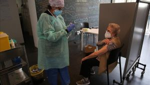 Campaña de vacunación de la gripe en espacios municipales. En la foto, la sala del Macba en la plaza de Joan Coromines.