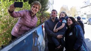 Nicola Sturgeon se hace una foto con una familia en campaña electoral.