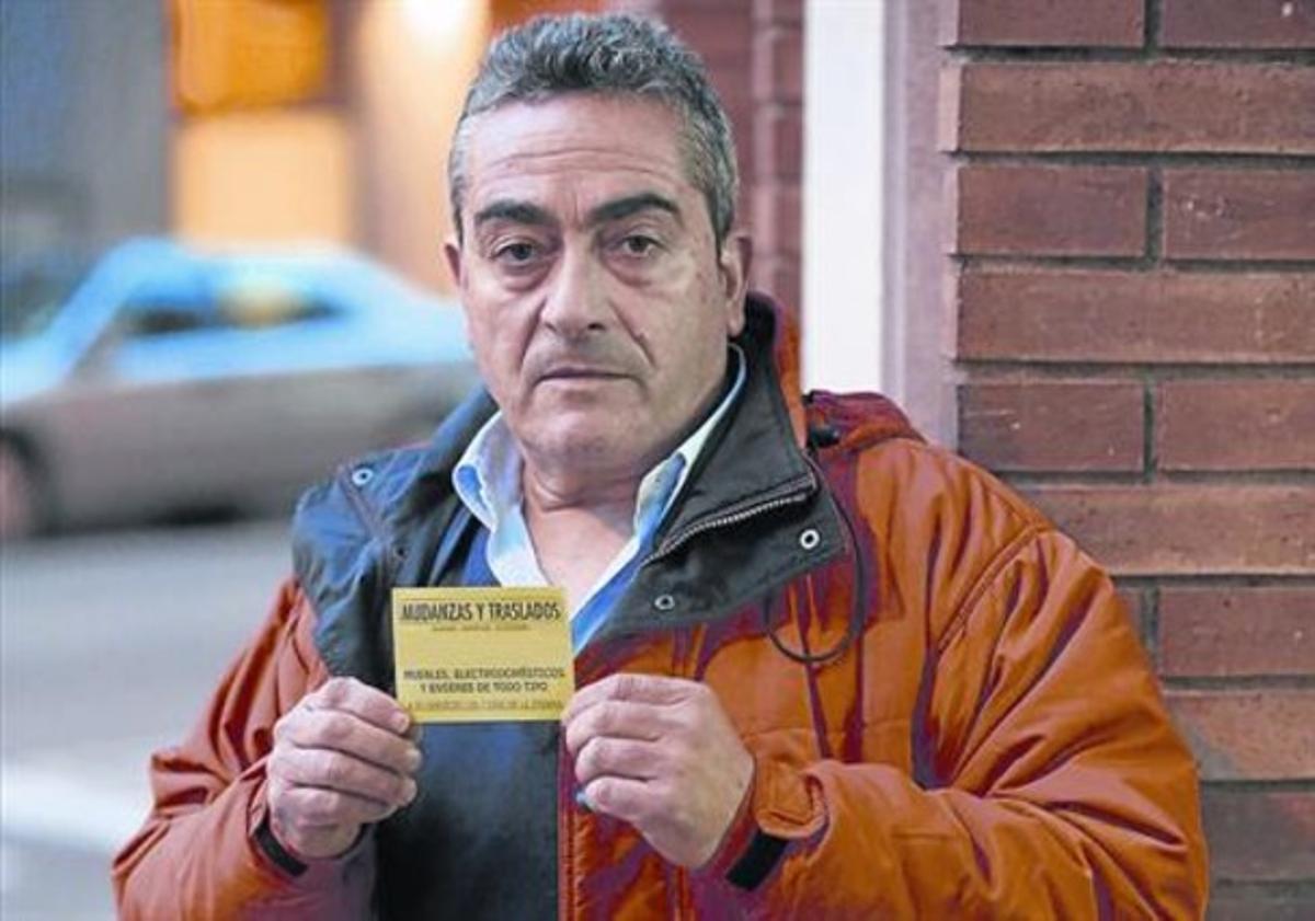 Denunciado 8 Miguel Romero muestra, ayer, una de las pegatinas por las que ha recibido las sanciones.