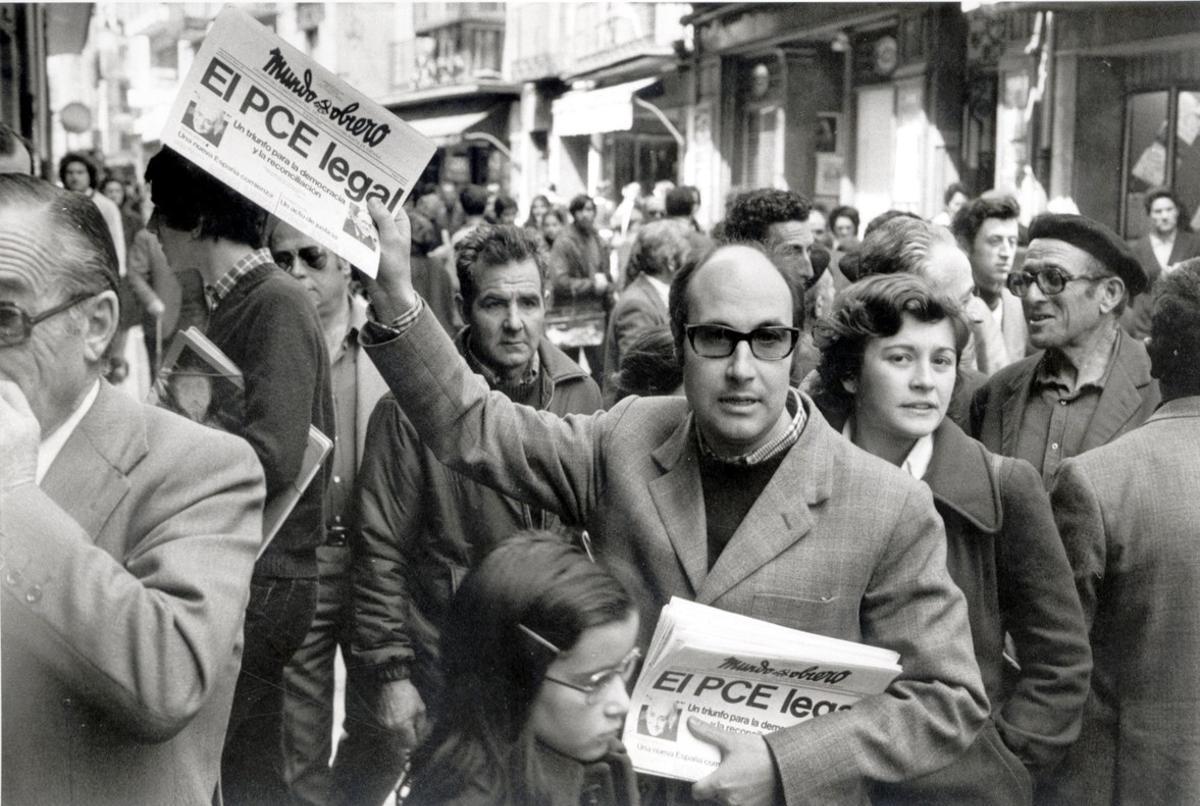 Un militante comunista vende ejemplares de 'Mundo obrero' con la noticia de la legalización del PCE, en Madrid.