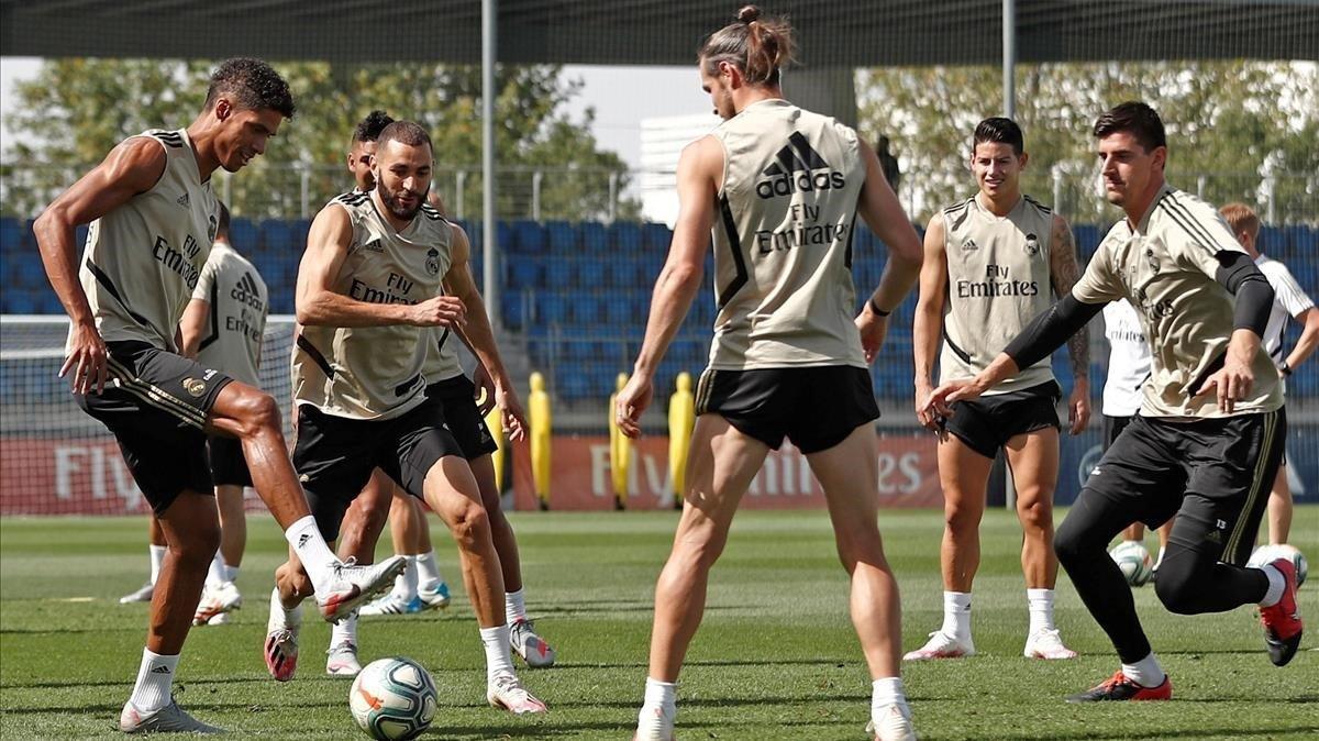 Varane, Benzema, Bale, James y Courtois hacen un rondo en Valdebebas.
