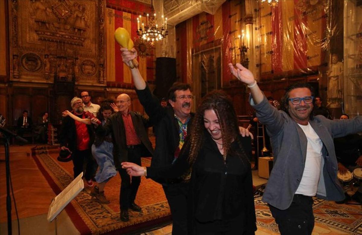 Entrega de la medalla de oro al merito cultural a la Salseta del Poble Sec y a la Orquesta Plateria, en el Saló de Cent del Ayuntamiento.