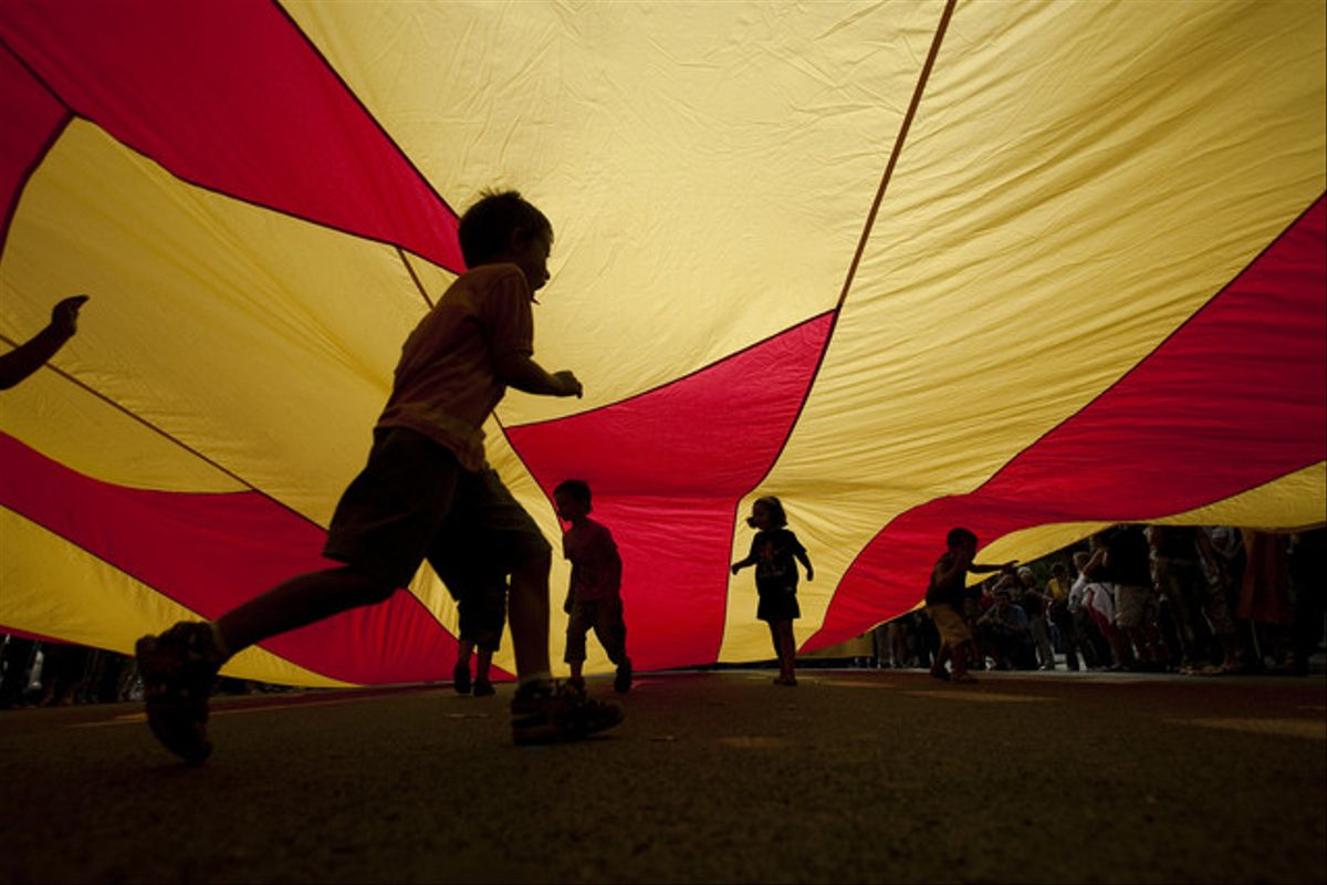 Nens sota la bandera a la plaça d'Urquinaona, a la Diada del 2009.