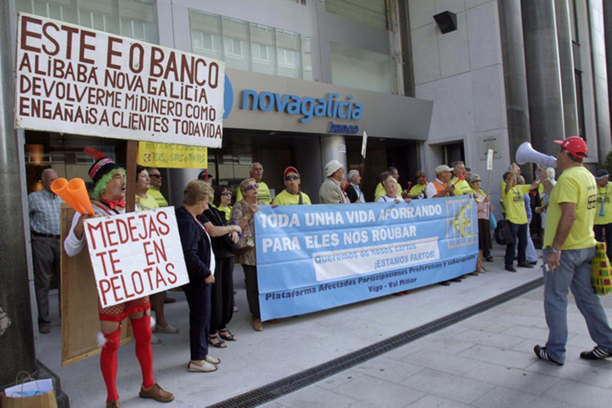 Afectados por las participaciones preferentes protestan ante la sede central de Novagalicia Banco, el pasado 9 de agosto en Vigo.