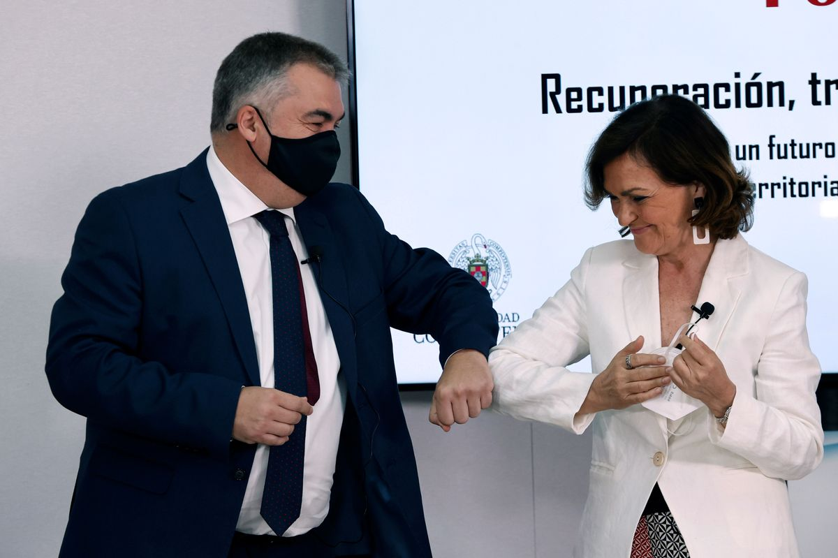 Santos Cerdán, secretario de Organización del PSOE, junto con la exvicepresidenta primera Carmen Calvo, en el curso de verano de El Escorial organizado por la Fundación Pablo Iglesias, que él preside, este 14 de julio.