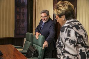 Serra llega a declarar a la Comisión de entidades financieras del Parlament, junto a la presidenta, Dolors Montserrat, este martes.