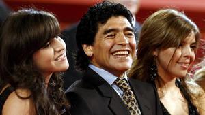 Maradona, entre sus hijas Giannina (izquierda) y Dalma, en la presentación del documental sobre su vida en el Festival de Cannes, el 20 de mayo del 2008.