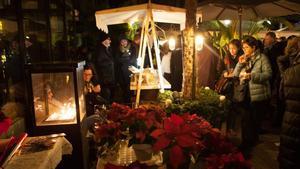 La edición navideña del Algodonera Market Lab llena la terraza del hotel de paraditas y adornos invernales.