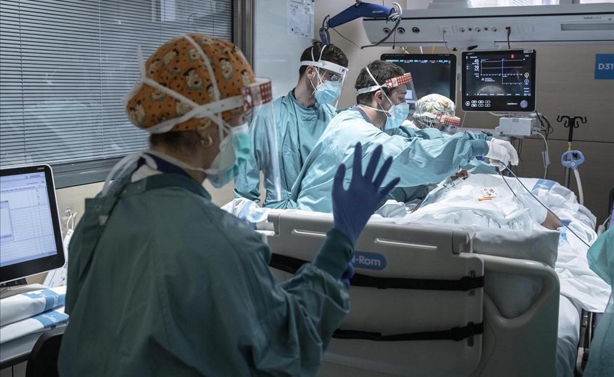 UCI con enfermos de covid en el Hospital Vall d'Hebron de Barcelona.