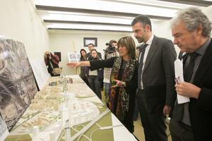 La alcaldesa de L'Hospitalet, Núria Marín, y el entonces 'conseller' de TerritoriiSostenibilitat, Santi Vila, ante la maqueta cuando se presentó el plan, en el 2015.