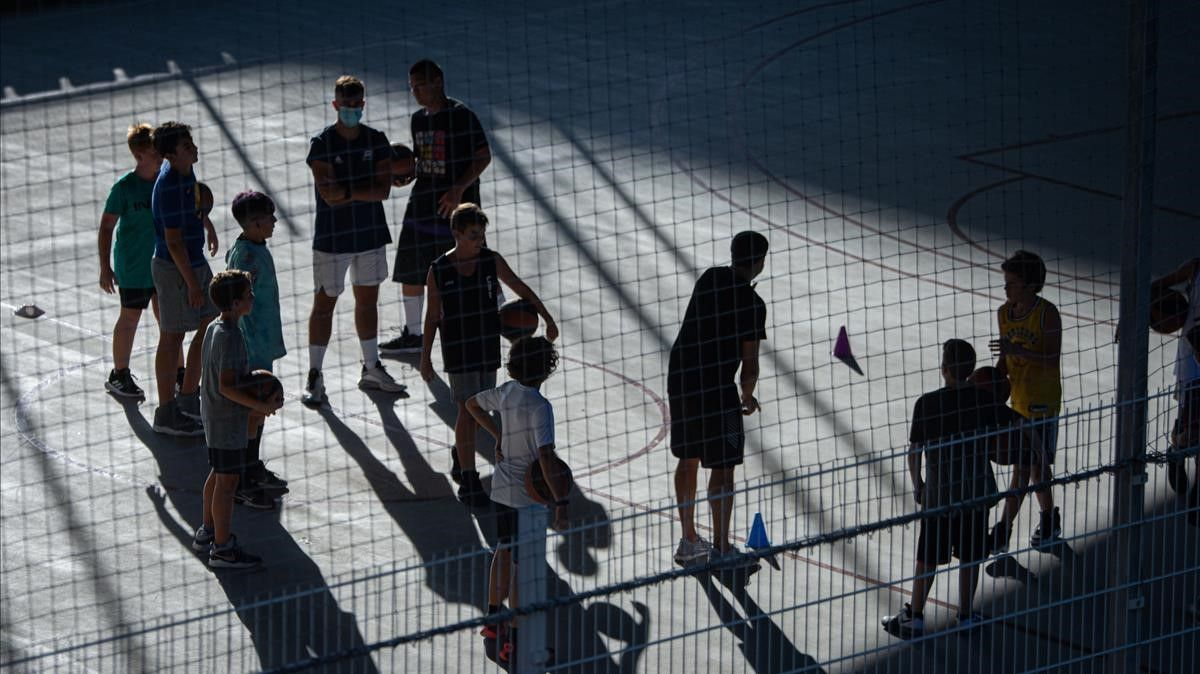 Fútbol extraescolar, en las pistas de fútbol situadas debajo del puente de Marina, en Barcelona