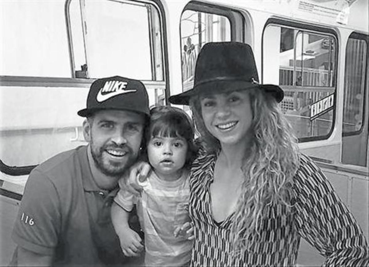 Gerard Piqué, Milan y Shakira, hace unos días, en el funicular del Tibidabo.