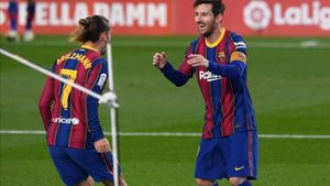 Griezmann y Messi celebran el tanto del francés