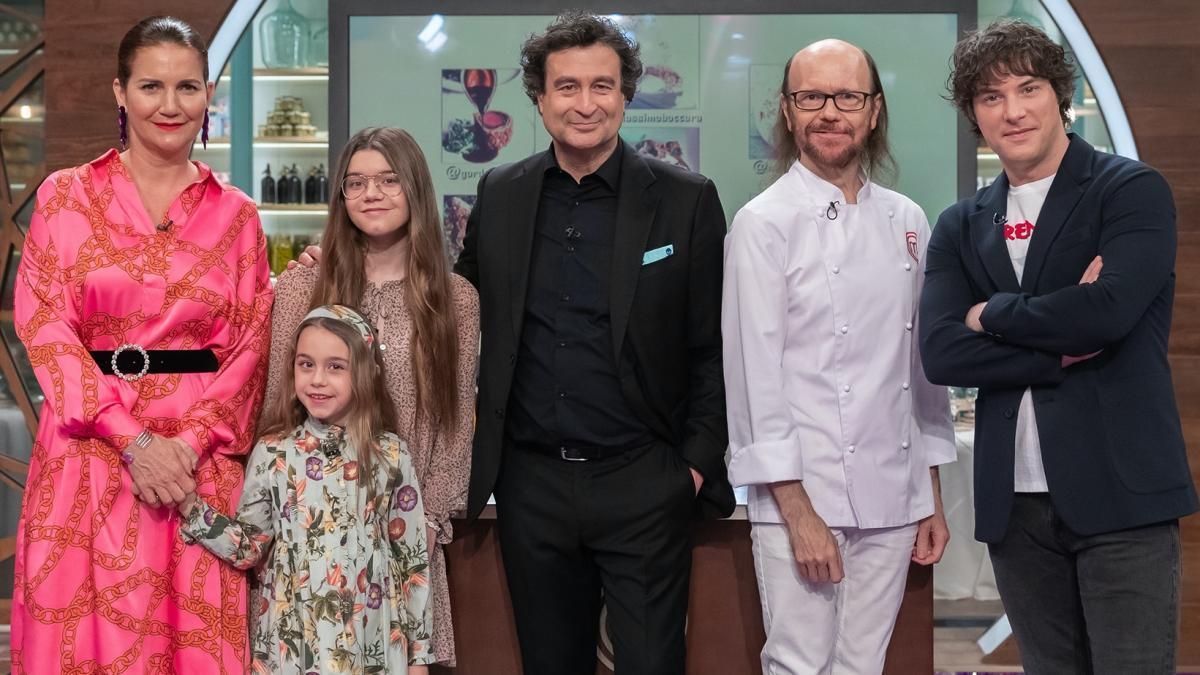 Santiago Segura y sus hijas junto al jurado de 'Masterchef'
