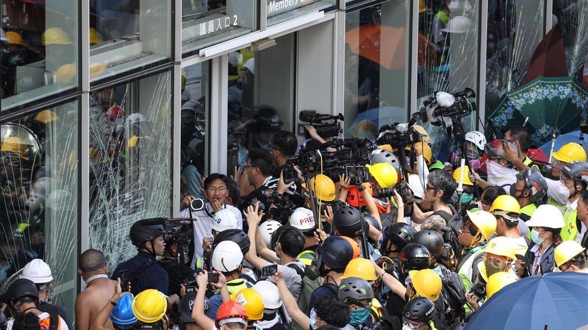 Varios activistas se congregan ante el Consejo Legislativo en Hong Kong.