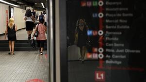 La línea 1 del metro de Barcelona, una mañana de julio.