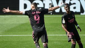 El madridista Benzema (i) celebra uno de sus goles ante el Celta.