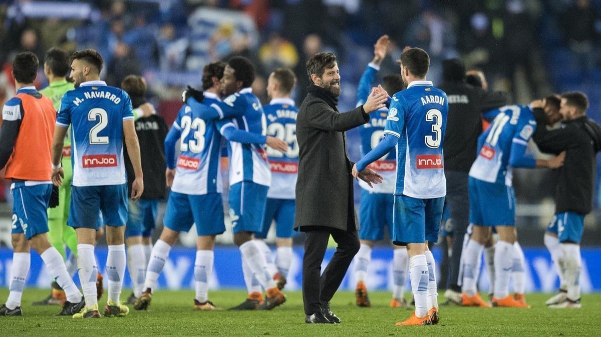 Quique Sánchez Flores felicita a sus jugadores tras la épicavictoria ante el Madrid.