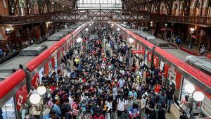 Decenas de pasajeros desembarcan del tren en la estación Luz hoy, en el centro de Sao Paulo.