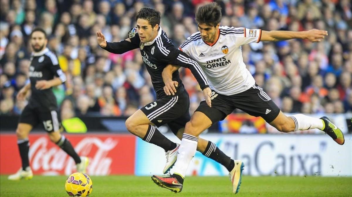 André Gomes, con el Valencia, en un partido contra el Madrid.