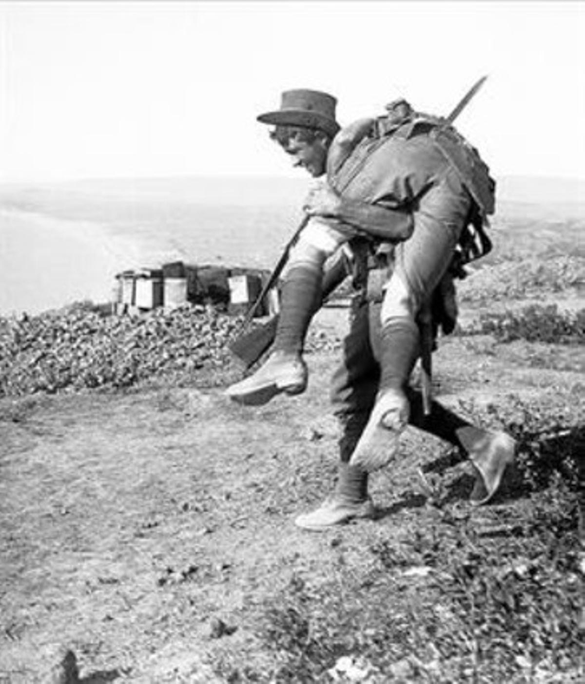 Un soldado australiano con un herido, en la batalla de Anzac Cove, en Gallípoli.