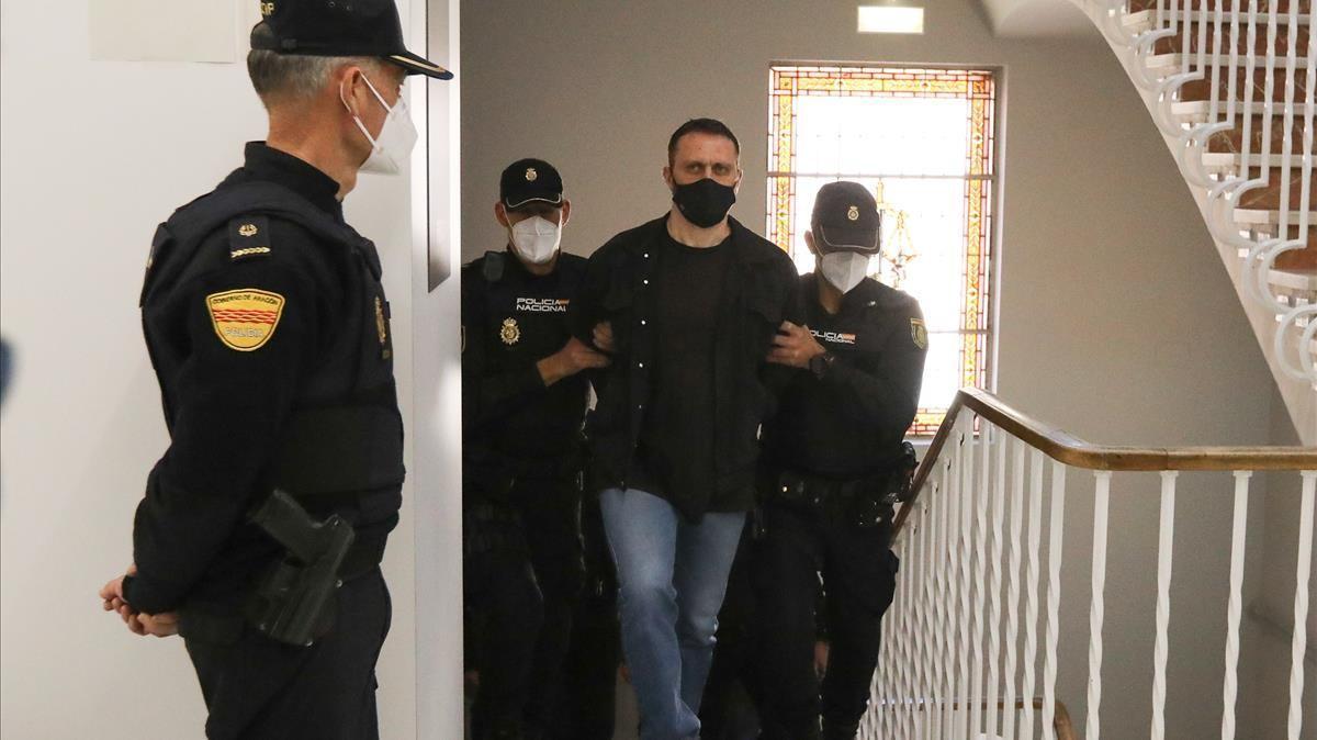 El acusado Norbert Feher, alias Igor el Ruso, trasladado por varios agentes para declarar en la Audiencia Provincial de Teruel, este lunes.