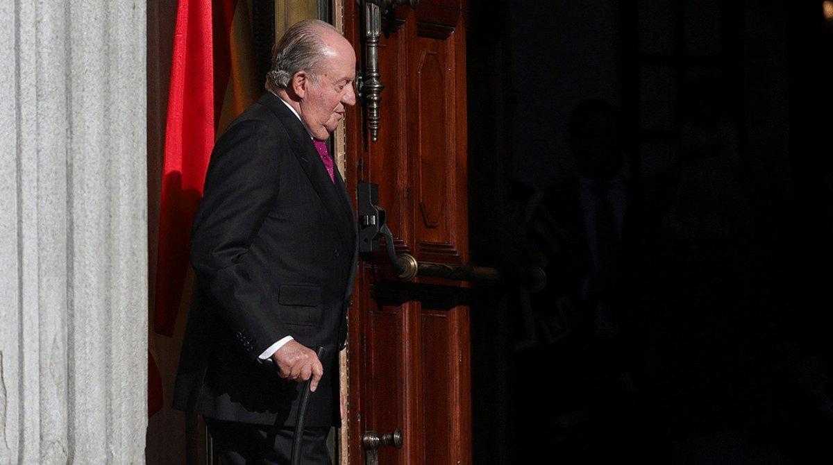 El rey, emérito Juan Carlos I, en el exterior del Congreso de los Diputados, el 6 de diciembre del 2018, día del 40º aniversario de la Constitución.