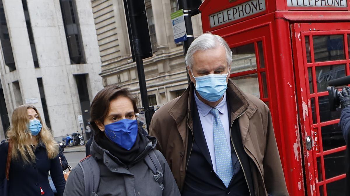 Michel Barnier abandona el hotel para dirigirse a una conferencia, este viernes en Londres.