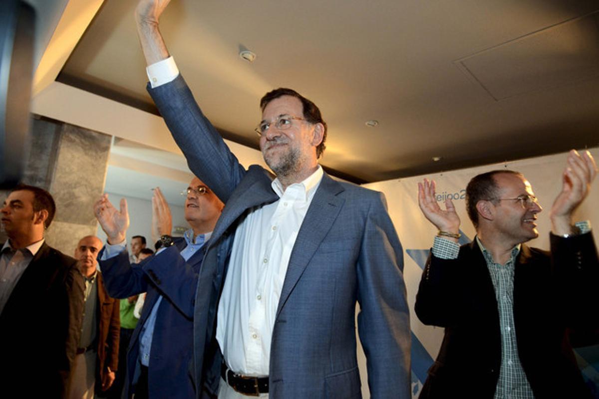 Rajoy, junto al cabeza de lista del PP en Ourense en las autonómicas, Jesús Vázquez (derecha), en un acto preelectoral en la ciudad gallega.
