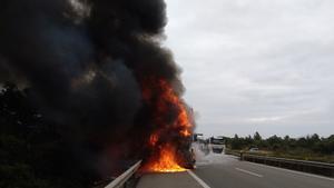 El incendio de un camión obliga a cortar la AP-7 a la altura de la Ametlla de Mar, este lunes