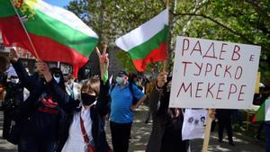 Manifestantes ondean banderas en Bulgaria.