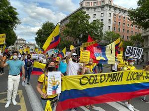 Colombianos residentes en España se manifiestan contra la represión en su país por la calle de Alcalá, en Madrid.