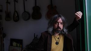 Vicente Macià, alias Pigmy, en el cuarto de las guitarras de su piso de Barcelona.