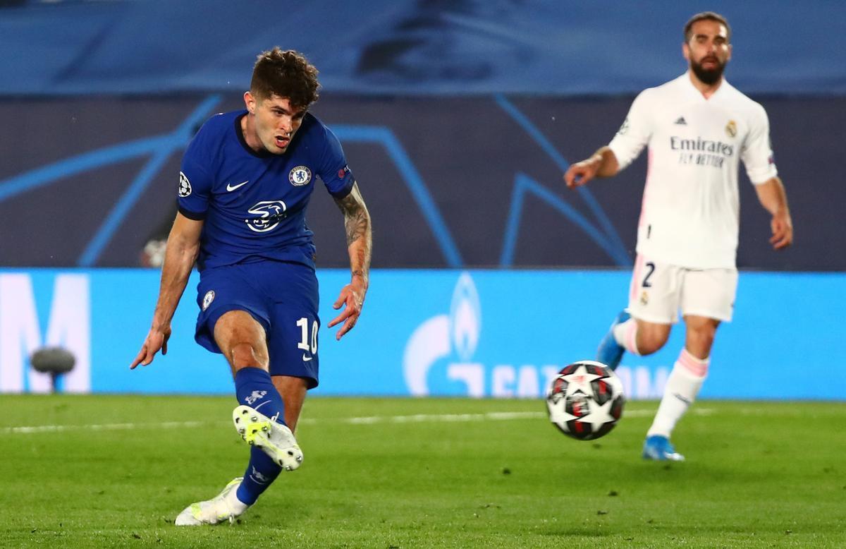 Christian Pulisic, autor del gol del Chelsea, remata ante la mirada de Carvajal.