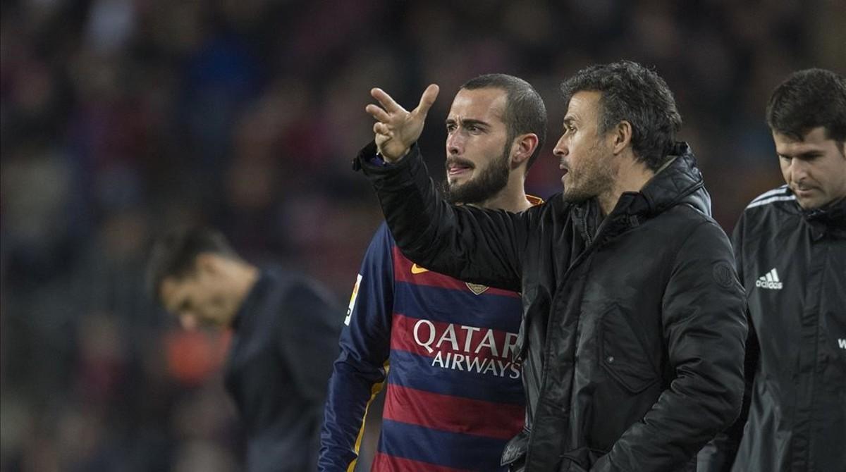 Luis Enrique da instrucciones a Aleix Vidal en el derbi copero con el Espanyol.