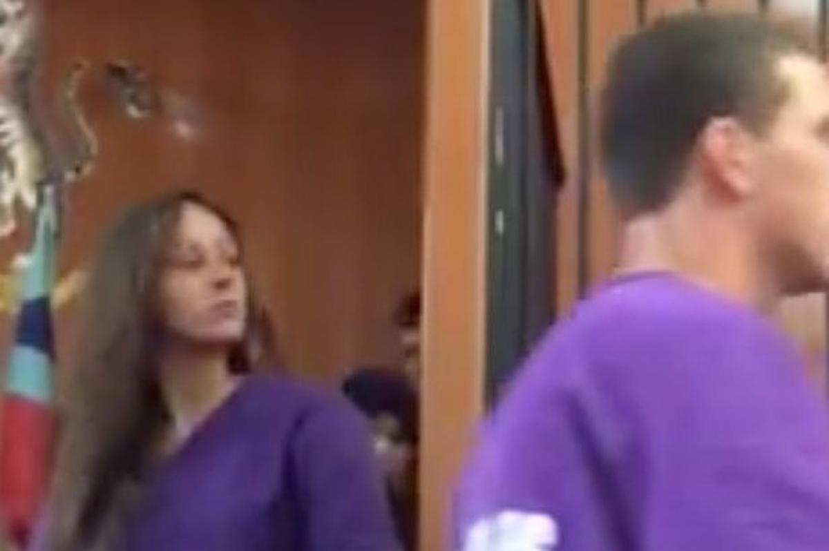 Momento en que eleanor Hawkins, la joven acusada de provocar un terremoto al hacer topless en una montaña sagrada en Malasia, comparece ante el tribunal.