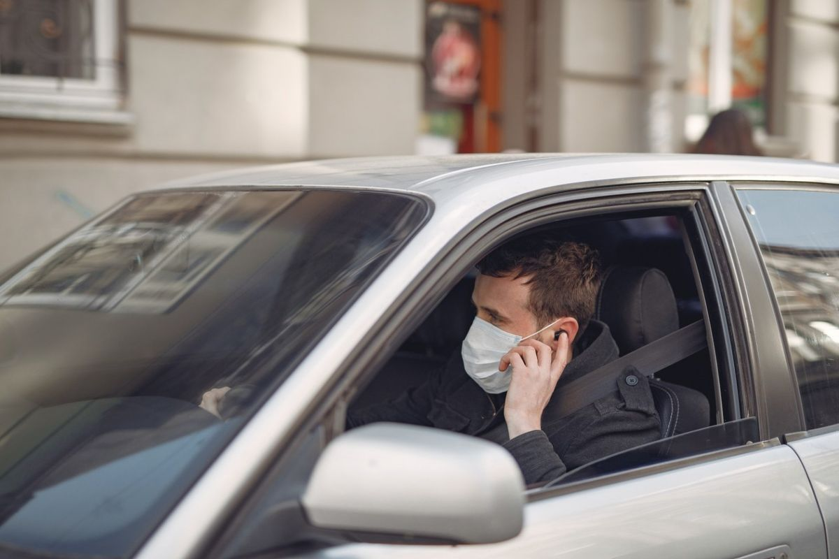 Quitarse la mascarilla en el coche son 500 euros de multa: ¿cierto o falso?