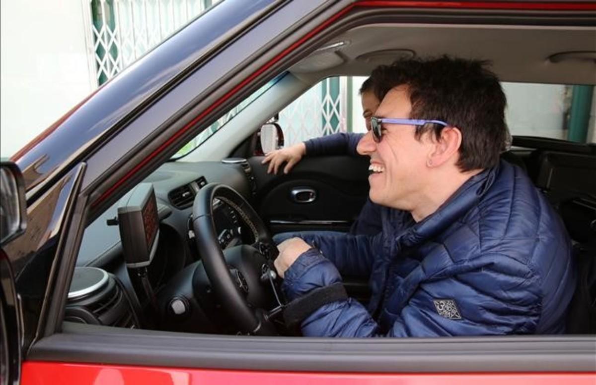 Javier, sonriente, a los mandos del coche de prácticas, el mismo que piensa comprarse si pasa el examen.