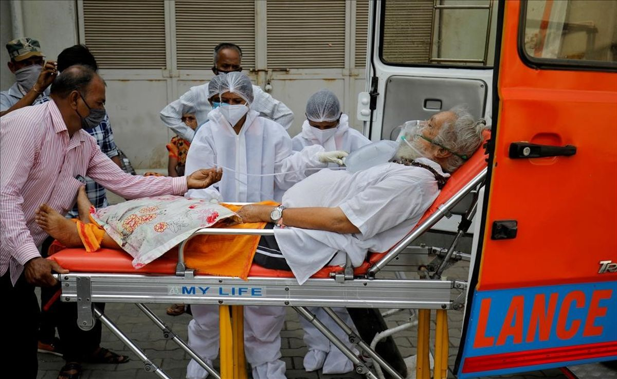 Un paciente enfermo de coronavirus llega a un hospital en Ahmedabad, India.