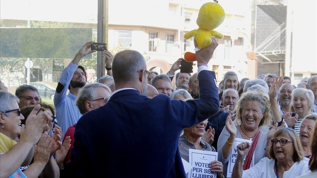El alcalde de Premià de Mar y presidente de la Asociación Catalana de Municipios, Miquel Buch, a su llegada a los juzgados de Mataró, con un Piolín en la mano.