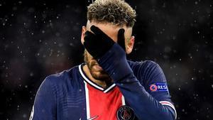 Neymar Júnior se lamenta de una ocasión perdida.